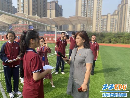 段亚萍采访学生参加升旗仪式后的心得感受1