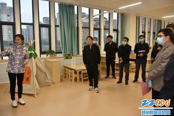 在郑州市实验幼儿园登封园区听取学校建设工作汇报