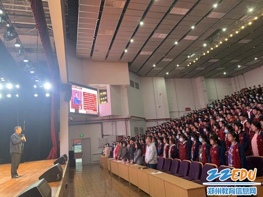 党委书记魏勇带领同学们重温青春誓言