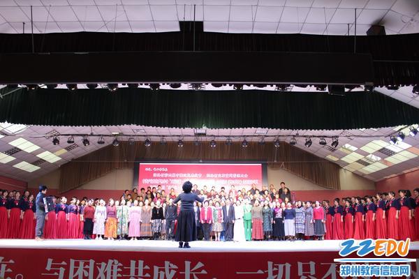 专家慰问团和村民合唱团一起合歌曲