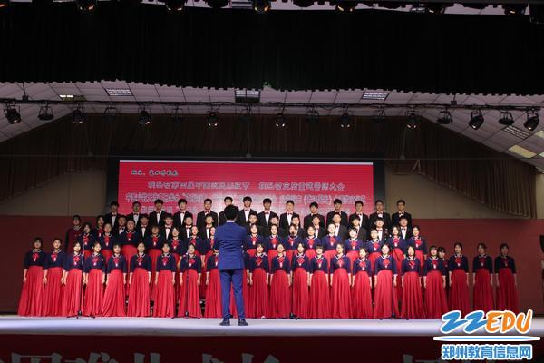 郑州18中萱草合唱团参加演出活动