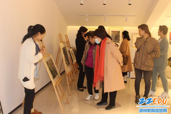 首都艺术家参观美术展馆