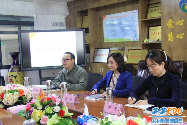 5工作室助理闫荣林(左一)介绍工作流程