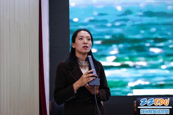 2.团委副书记李晓培带领同学们一起回顾党的百年光荣和艰辛岁月