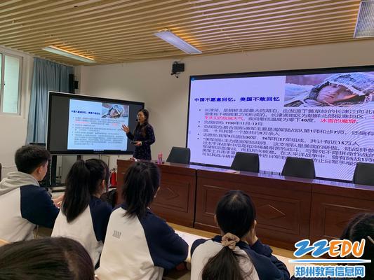 4.李新华老师带领同学回顾抗美援朝战争的艰苦岁月