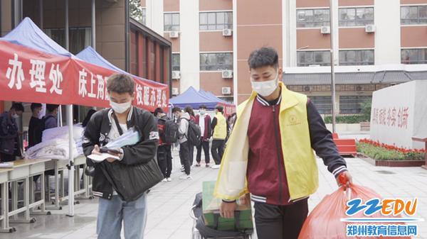 志愿者帮新生搬运行李