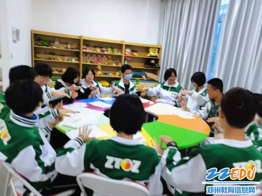 3.学生进行绘画团体辅导破冰活动