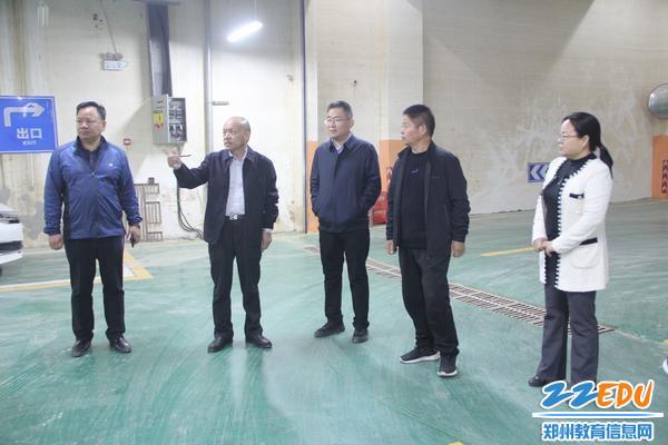 郑东新区教育文化体育局局长田国安到郑东新区龙子湖小学调研灾后重建工作