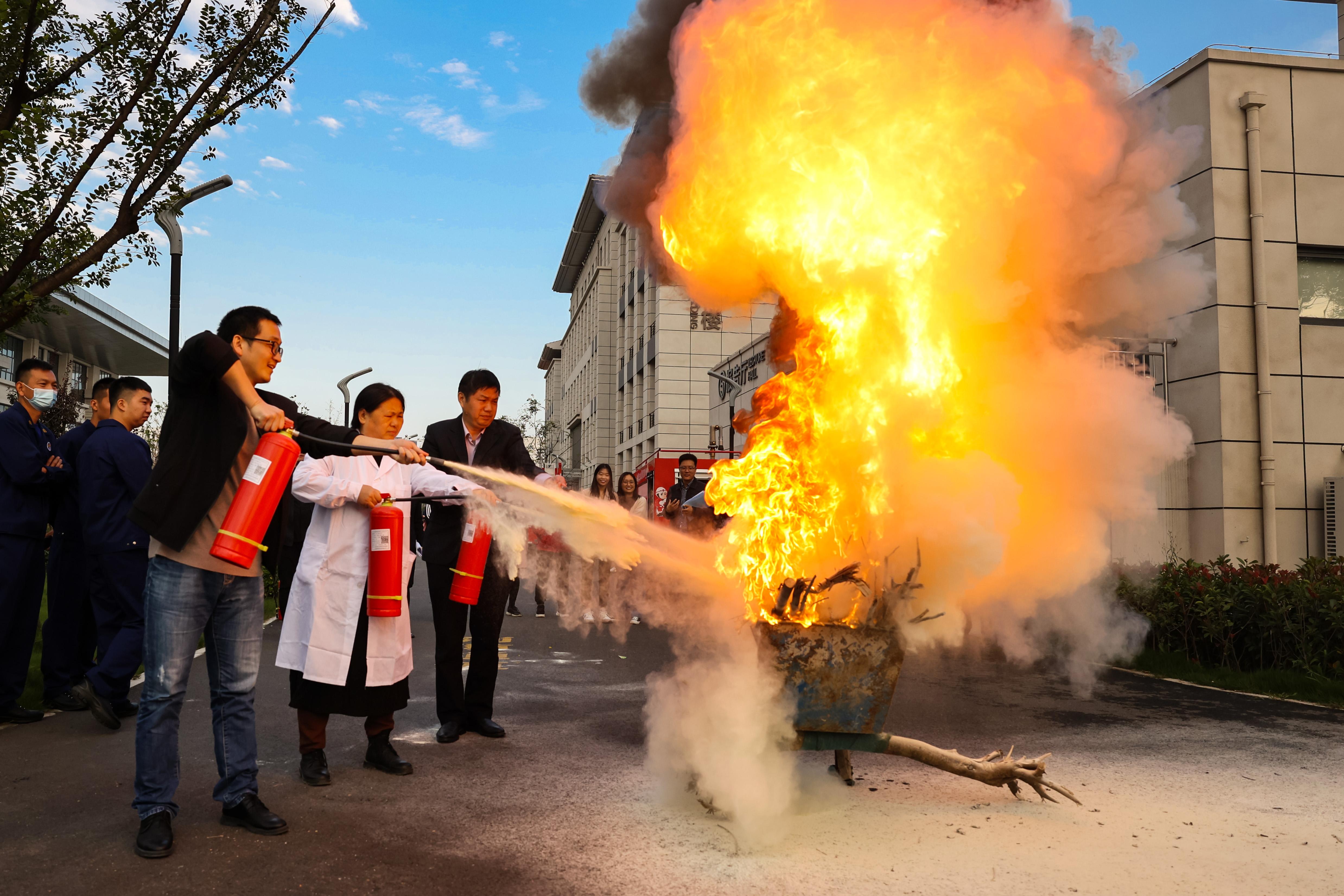郑州市第四高级中学开展校园消防应急队伍实装操作实战演练