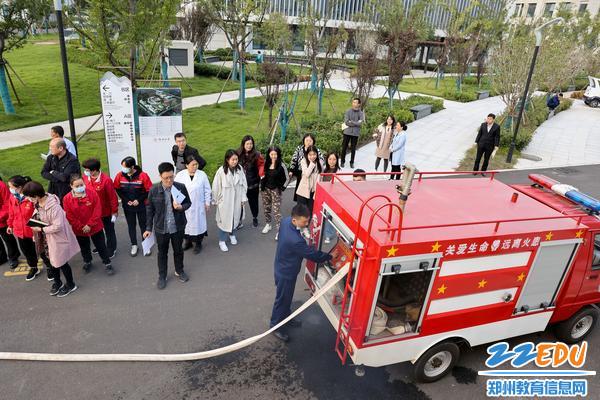 演示校园消防车使用