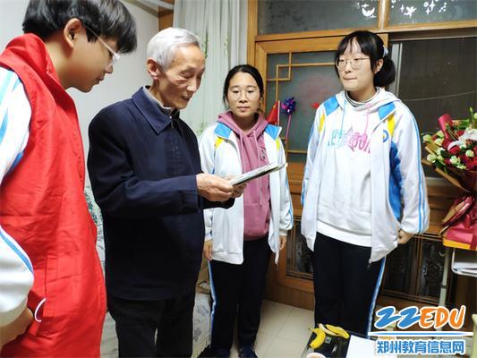 同学们为乔鸿远书记献上手写贺卡