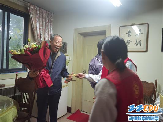 同学们为司希平老师献上鲜花和贺卡