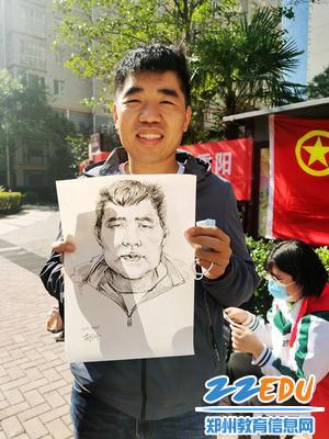 13学生给共青团郑州市委组织部副部长、祭城办事处副主任刘向辉画的速写头像