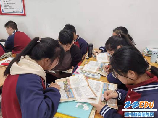 课堂上学生热烈讨论