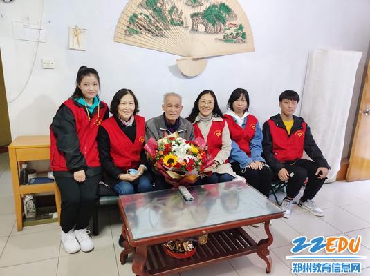 7.同学们和魏增才老师合影