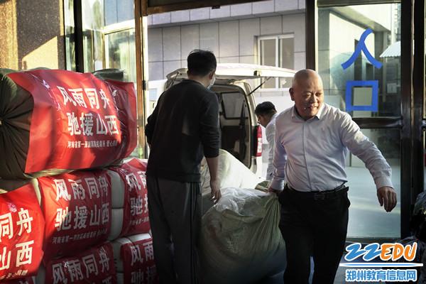 工会主席张震带领老师向制定地点搬运物资_副本