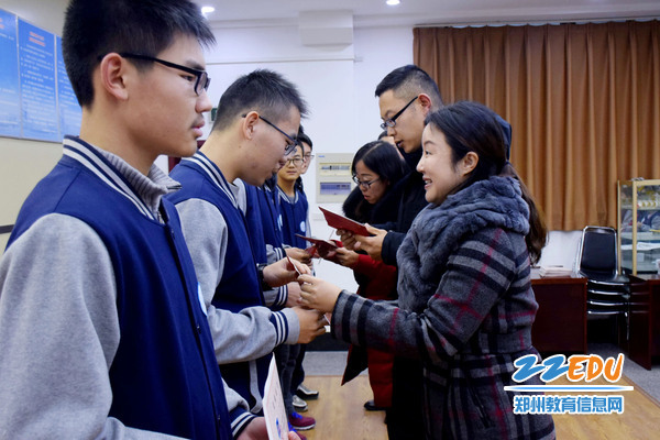 学校领导为优秀学员颁发结业证书
