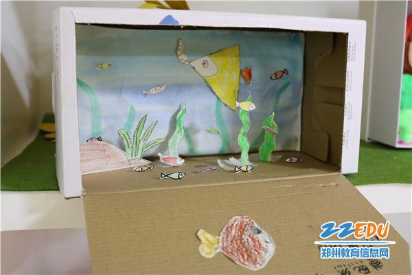 如一次性纸袋,鞋盒,废旧彩纸,小花布,纽扣等,然后由老师,家长和幼儿图片