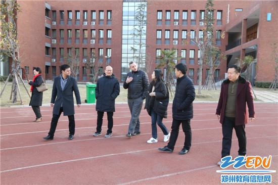 参观郑州市第五十八中学校园