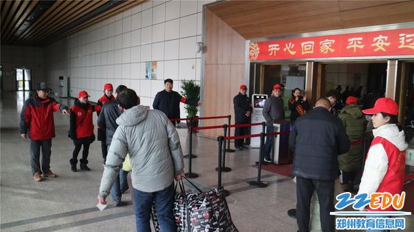 6-学校校长、书记宋志强参与并指导小红帽开展活动