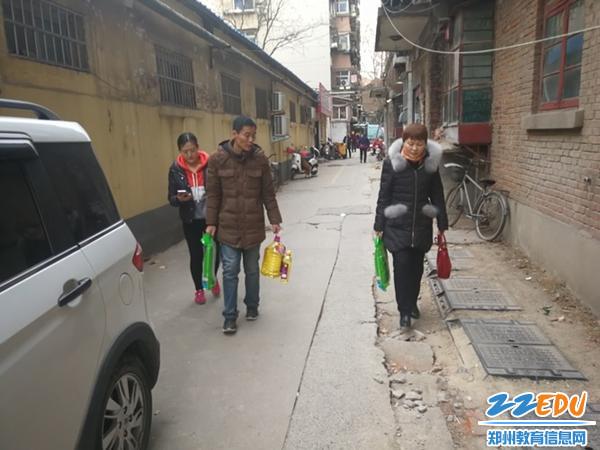 02-24中党委书记常玉霞走访慰问社区困难群众