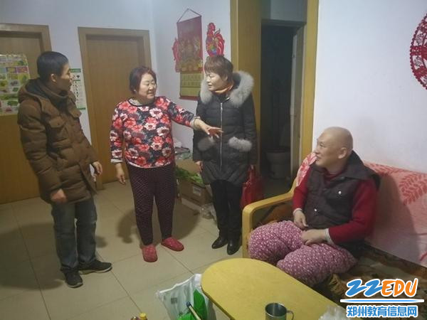 03-常玉霞书记来到社区困难家庭当中送上节日的问候