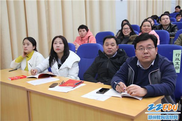 党员们认真观看《辉煌中国》