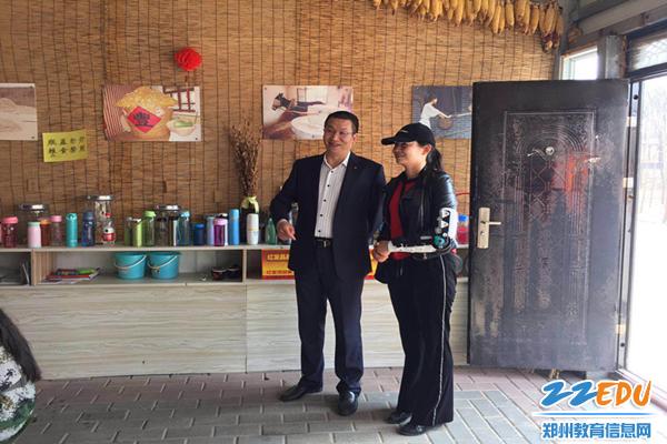 教育局领导王巨涛和47中教务处主任魏晓丽深入磨坊观看学生活动