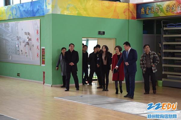 王幸福校长向来宾介绍学校社团情况