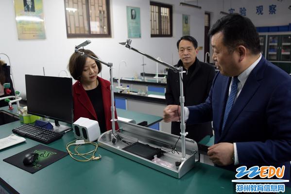 王幸福校长向来宾介绍学校先进的实验自测仪器