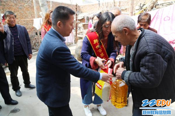 26中工会主席看望村里空巢老人_副本