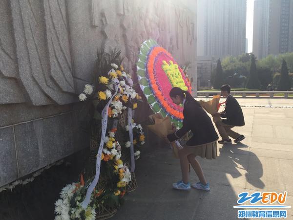 学生代表向烈士墓敬献花圈