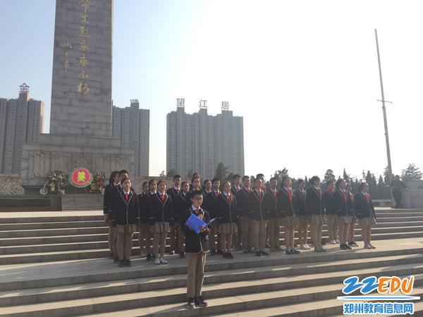新团员进行了庄严的入团宣誓仪式