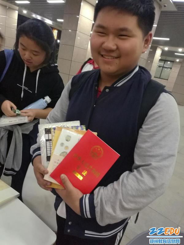 4.学生手抱《宪法》和新书等待支付