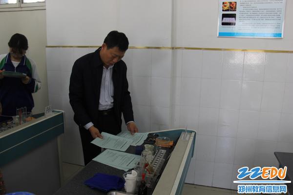 考试前,42中副校长张继波反复检查实验考试物品准备情况