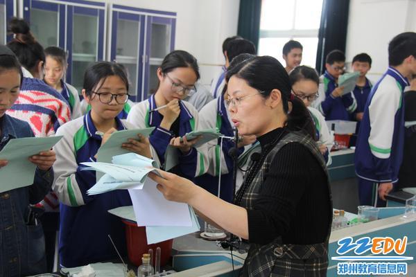 42中理化生组组长王巧玲老师培训小评委