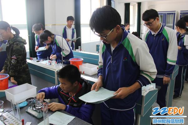 考场气氛严肃,学生正在小心翼翼地操作实验