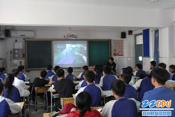 在班级候考的学生由班主任组织收看实验操作视频