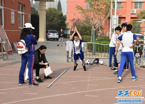 学生进行立定跳远测试