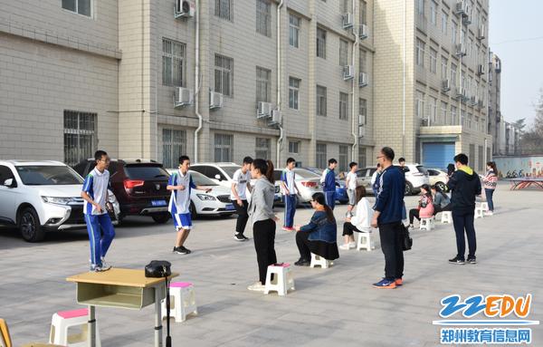 学生进行跳绳测试