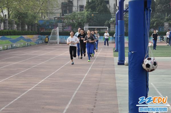 学生进行长跑测试