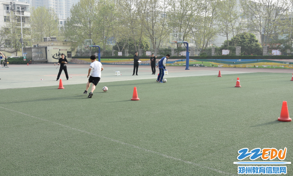 学生进行足球测试