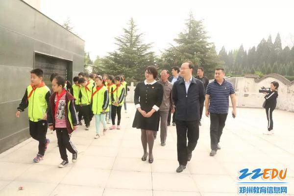 市老干部局局长赵喜梅,团市委书记朱柯鑫及荥阳市部分学校师生参加了