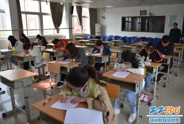 郑州42中青年教师认真答题