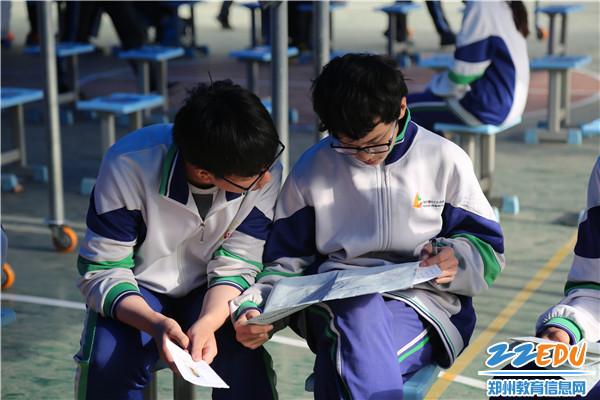 1候考区同学们在做考前复习