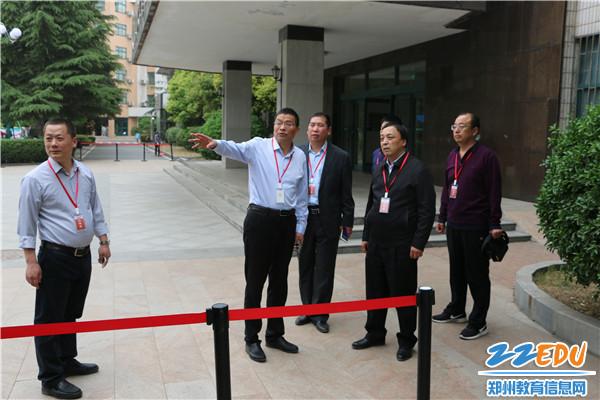 6考点主考、校长梁寅峰陪同市教育局党组成员张少亮巡视考点