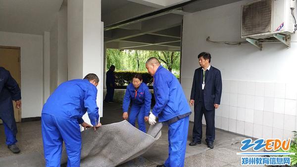 铺设防雨地毯