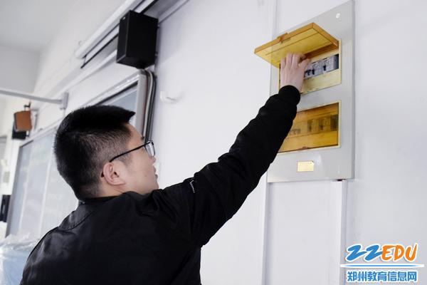 检查电力设备