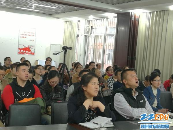 段亚萍校长(首排左一)副校长倪海军(首排左二)与全体教师一起诵经典
