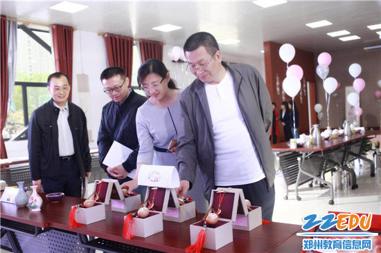 5.市教育局领导参观传统文化展厅